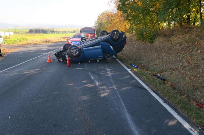 Dvaadvacetiletá řidička nezvládla zatáčku, vyjela ze silnice a skončila s vozem na střeše