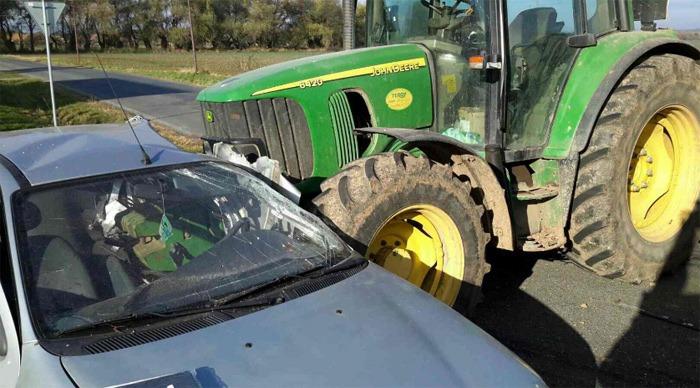 Tragicky skončil střet osobního vozu s traktorem