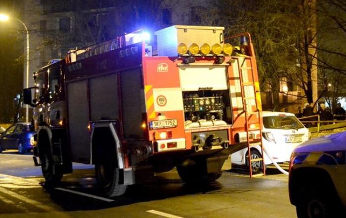 Kouř z požáru vyhnal v noci obyvatele domu ven na mráz