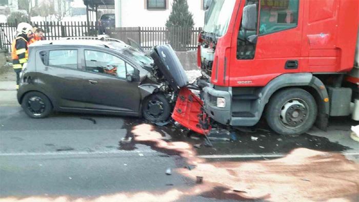 Dopravní nehoda osobního a nákladního vozidla v obci Libchavy