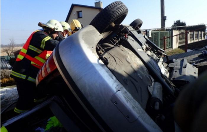 Vyprošťování řidiče na Opavsku z fabie na střeše v příkopu