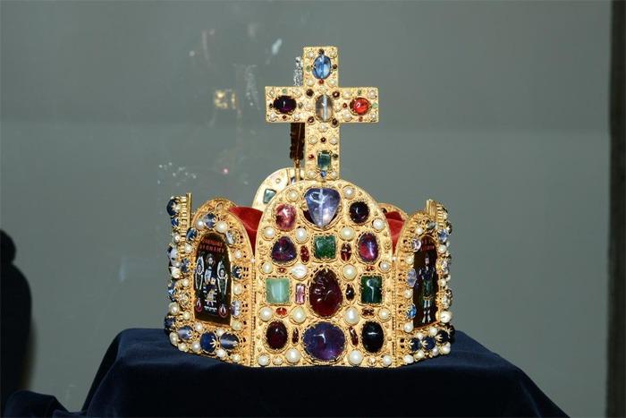V Poděbradech začala unikátní výstava replik korunovačních klenotů