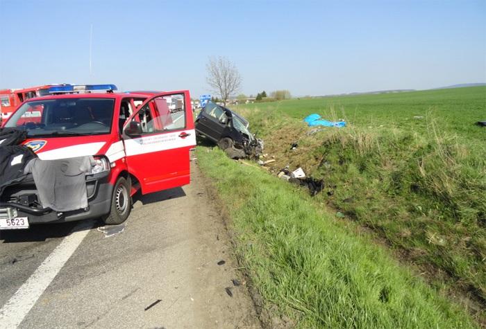 Při střetu osobního vozidla s kamionem zemřeli dva lidé
