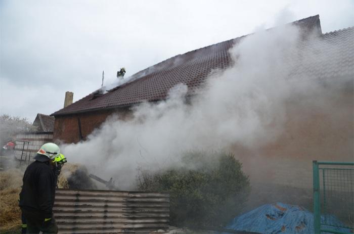 Při požáru střechy rodinného domu na Berounsku zasahovalo pět jednotek