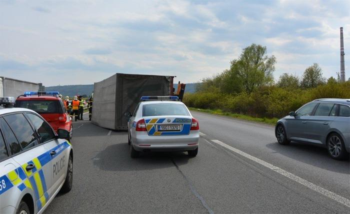 Na dálnici u Mladé Boleslavi se převrátilo nákladní auto