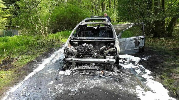 Oheň zcela zničil osobní auto