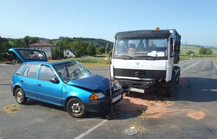 Nehoda na křižovatce u Lomce