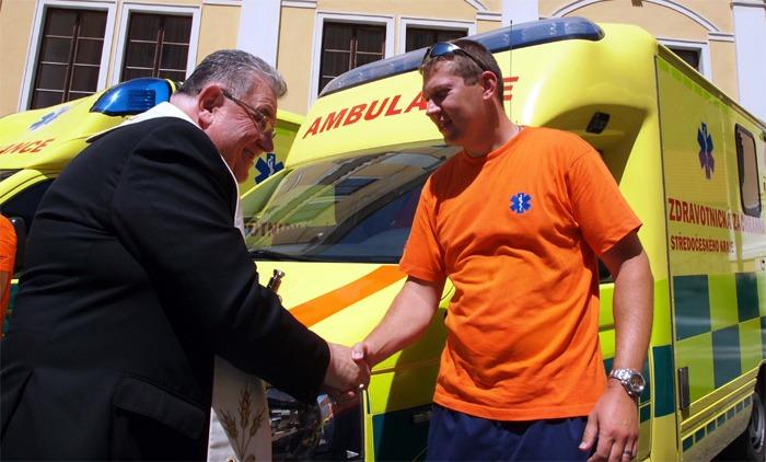 Kardinál Duka požehnal vozidlům středočeské záchranky