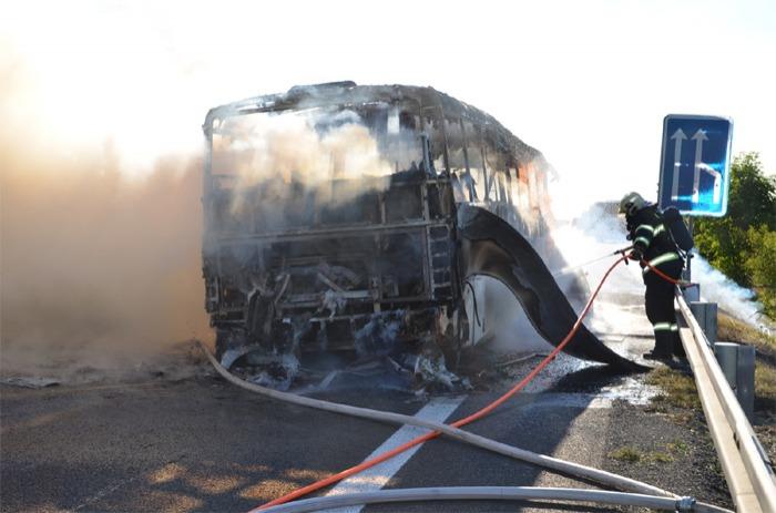 Na dálnici D7 nedaleko Brandýsku zcela shořel autobus