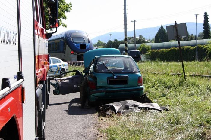 Střet automobilu s vlakem si vyžádal jeden lidský život