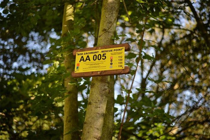 Návštěvníky pražských lesů nově chrání body záchrany