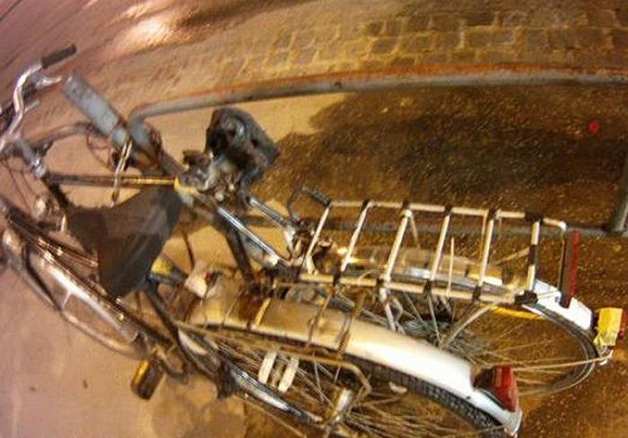 Šedesátník zapálil sedlo jízdního kola, protože mu kamarádi nevěřili, že bude hořet