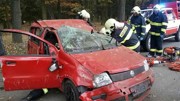 Z havarovaného vozu vyprostili řidiče až hasiči
