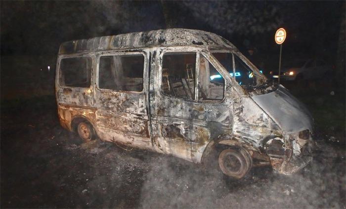Ve Dvoře Králové nad Labem shořela během noci tři vozidla